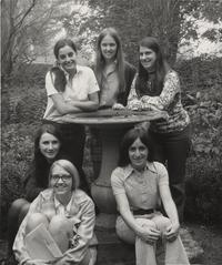 1971 class members: Karen Maybury, Elizabeth Newison, Lorraine Garnett, Maurine McGrane, Donna Spindel and Gretchen Winston pose around a campus fountain