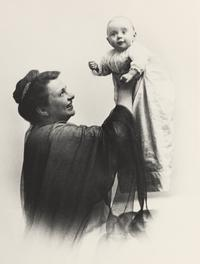 Frances Perkins with her daughter Susanna, 1917